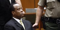 Врач Майкла Джексона арестован в зале суда