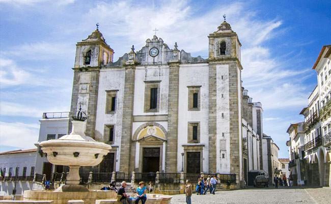 Португалия: мэрия Эворы наводит чистоту необычным способом