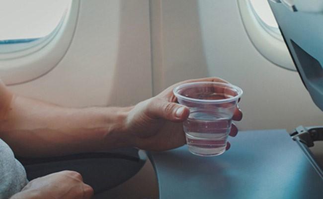 Раскрыта «грязная» правда о напитках на борту самолета