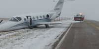 Самолет соскользнул со взлетно-посадочной полосы и выехал на трассу