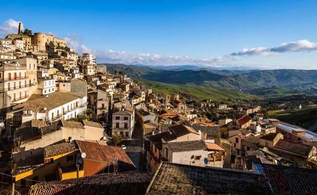 Италия: мэр сицилийского города начал бесплатно раздавать дома