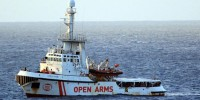 Нелегальные мигранты с судна Open Arms сошли в порту Италии