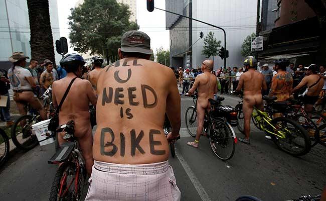 Мексиканские велосипедисты устроили массовый заезд голышом