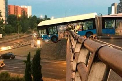 Испания: в Мадриде автобус повис на мосту