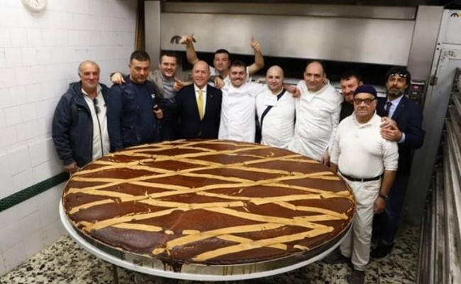 Италия: кондитеры Неаполя испекли пирог весом 306 кг