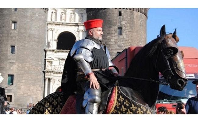 Италия: исторический парад в честь символа Неаполя - Головы Лошади