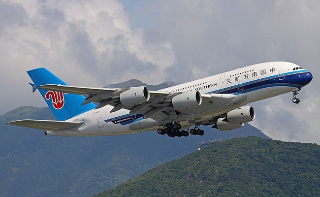 Стюардесса потушила соком вспыхнувшую в самолете сумку