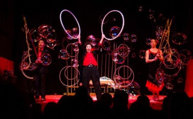 Италия: Цирк мыльных пузырей в Галерее Толедо