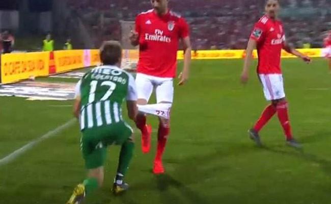 Португалия: футболист сорвал шорты с игрока «Бенфики» во время матча