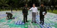 Президент Колумбии погулял по полю из 12 тонн кокаина