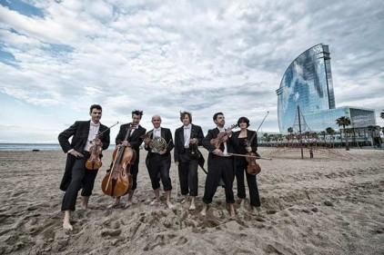 Испания: классическая музыка на пляже в Барселоне