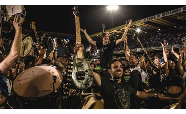 Сама огромная рок-группа вмире исполнила хит Дэвида Боуи
