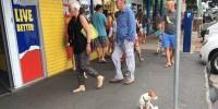 Ирландец собрал сотни снимков грустных псов на поводках