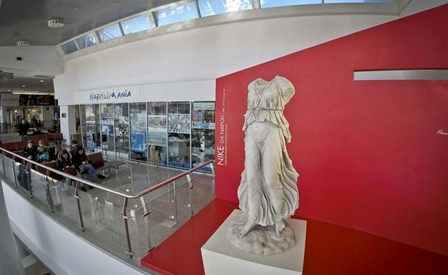 Италия: выставка скульптур в аэропорту Неаполя
