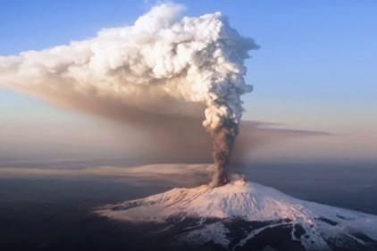 Италия: Сицилийский вулкан Этна выбросил столб пепла и дыма на 4,5 км