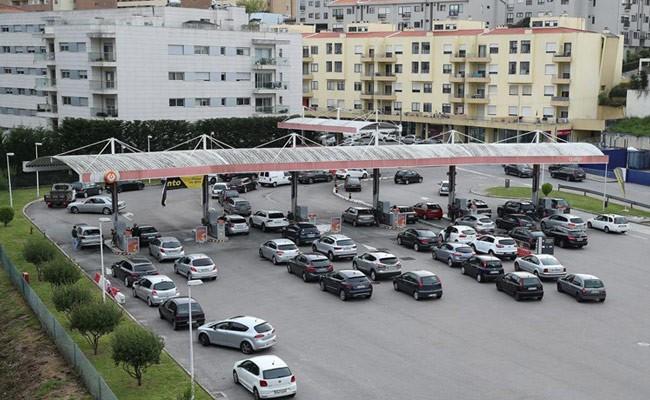Португалия: волонтеры создали базу АЗС, в которых закончилось топливо