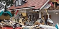 Обманутый строитель со смехом разрушил возведенные им дома
