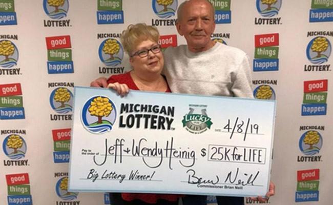 Мужчина достал из мусора лотерейный билет и разбогател