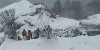Италия: из под завалов вытащили уже четыре тела погибших