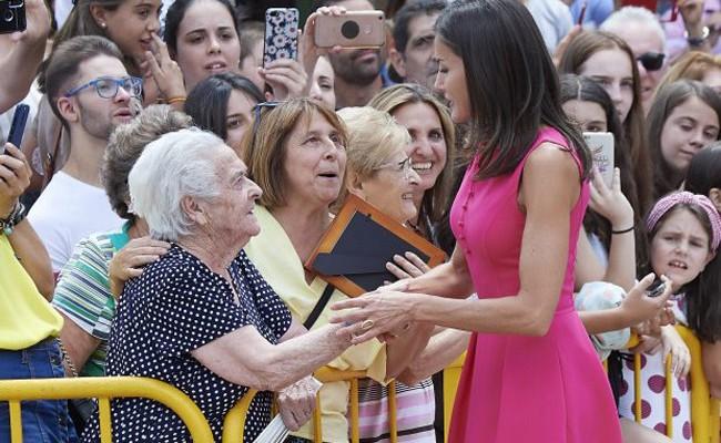 Эффектный выход королевы Испании Летиции задает тренд