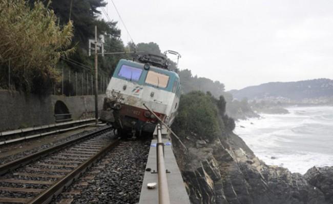 Италия: в Лигурии из-за непогоды сошел с рельсов поезд
