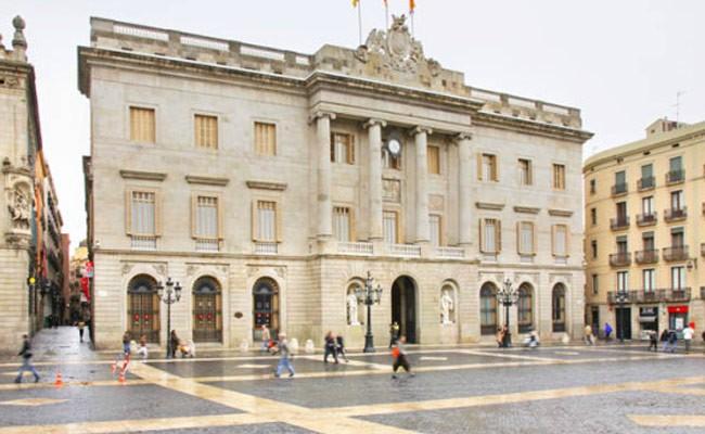 Испания: со здания мэрии Барселоны ночью сняли желтую ленту