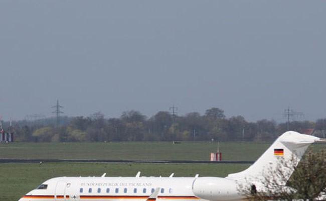 Автомобиль протаранил самолет Меркель