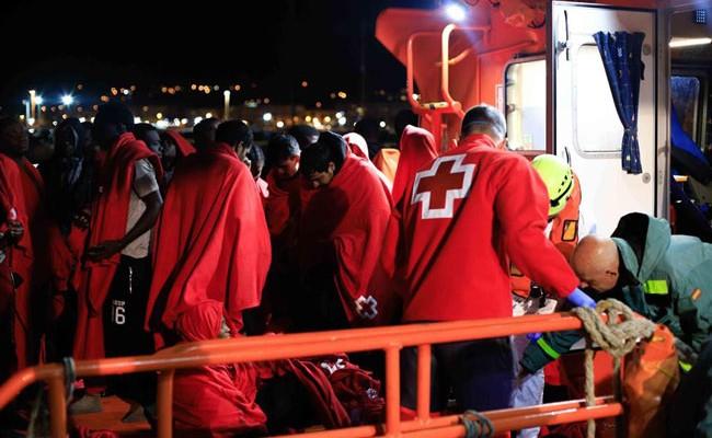 Испанские спасатели перехватили лодку с 15 мигрантами