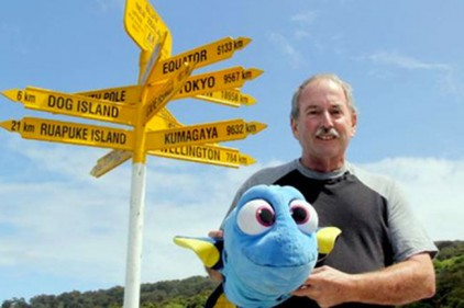 Пенсионер отправился путешествовать по миру с плюшевой рыбой