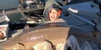 Мальчик вытащил из озера гигантского 36-килограммового осетра