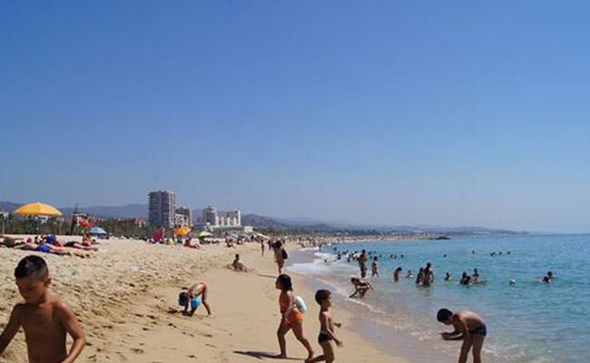 Испания: на пляже неподалеку от Барселоны запретили купаться