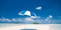 Отдыхающую на пляже пронзило летящим зонтом