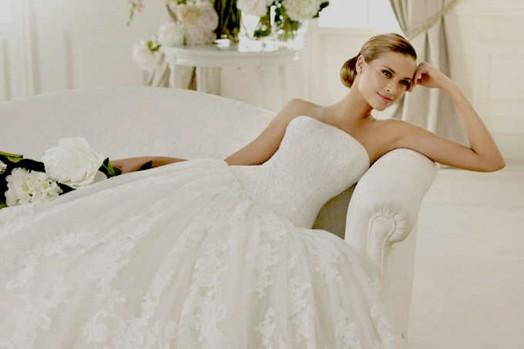 Большой выбор свадебных платьев, различные модели и размеры. Свадебные аксессуары, бижутерия