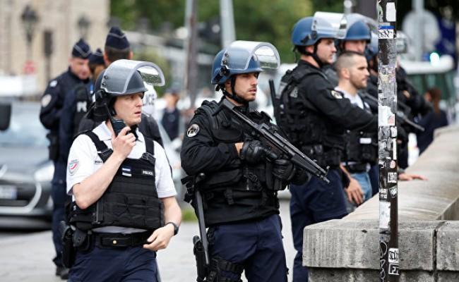 Мужчина с ножом напал на прохожих в Париже