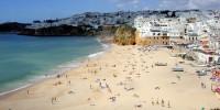 Жители Португалии наводнили местные пляжи после смягчения карантина