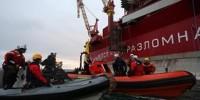 Активисты Greenpeace приковали себя цепями к кораблю