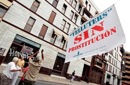 Жители Валенсии развесили плакаты с требованием искоренить проституцию