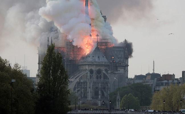 Собор Парижской Богоматери пережил пожар