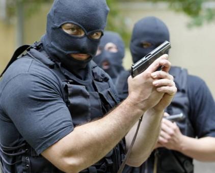 В Петербурге спецназ взял штурмом квартиру школьника-вымогателя