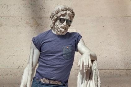 Статуи Лувра одели по последней моде