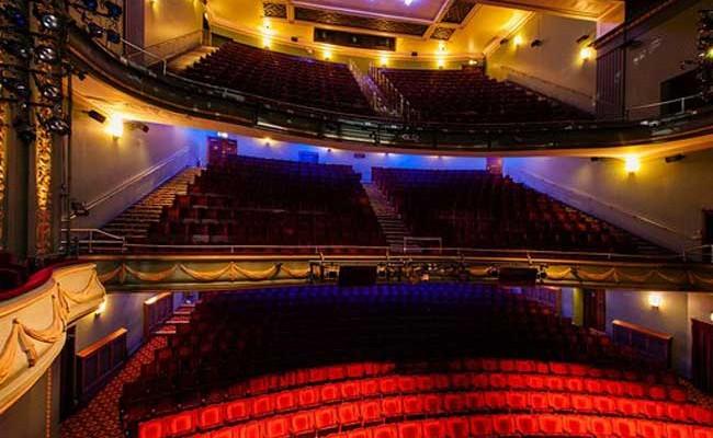 Во время спектакля в театре Лондона обрушился потолок
