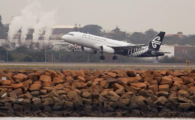Пассажиры самолета несколько часов просидели с трупом в салоне